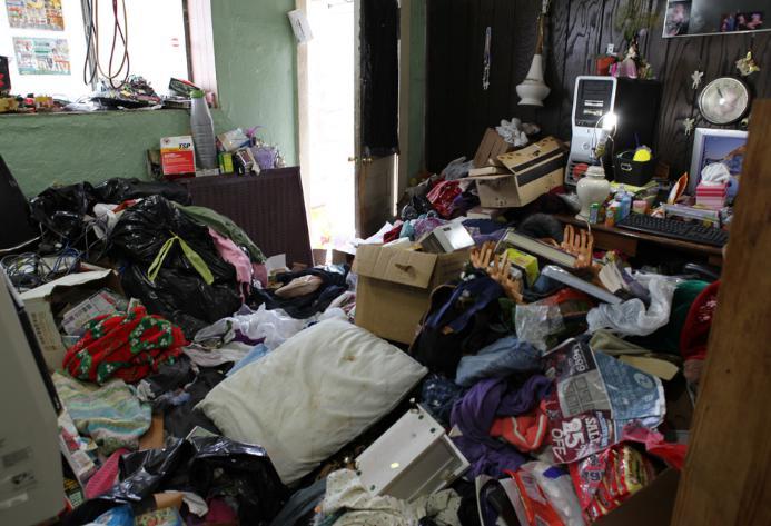 ひどく散らかる部屋