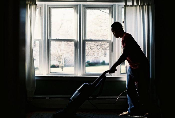 部屋の掃除をする外人男性