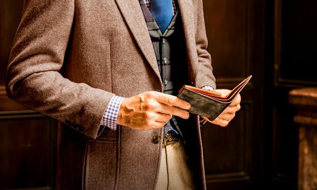 ロンドンブライドルパースファントムはコンパクトなサイズ感が受ける二つ折り財布