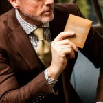 ココマイスターオークバークバットクームはハイエンドな皮革が人気の二つ折り財布【口コミ・評価・評判】