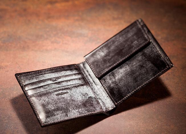 飽きが来ないシンプル定番デザインの二つ折り財布